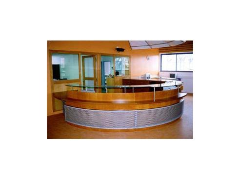 Réalisation à  - banque d accueil medium et placage hetre teinte verni verre tole laquee epoxy perforee