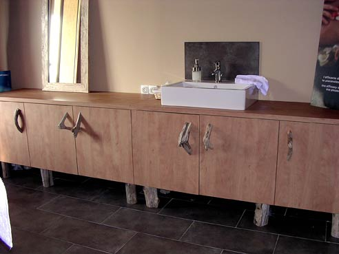 Réalisation à  - mobilier ton bois poignees et pietement en bois flotte